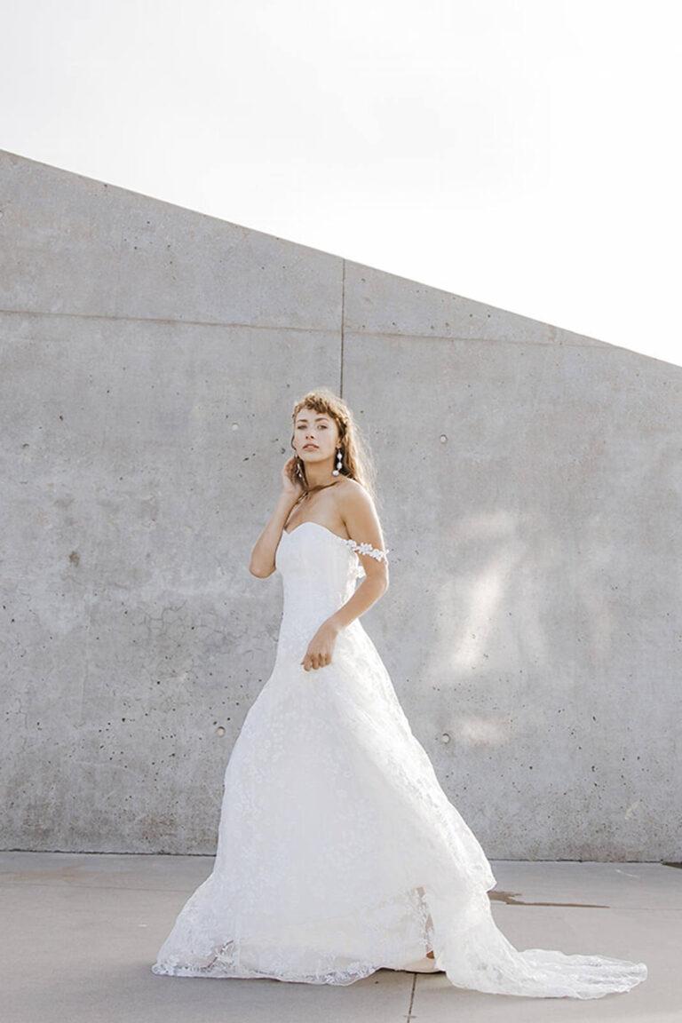 elegant og smuk brudekjole med top i corsage og skørt med smuk blonde