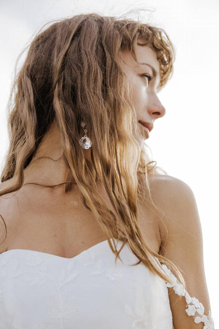 elegant brudekjole med corsage og smukke løse stropper i blonde som hænger smukt ned over armen