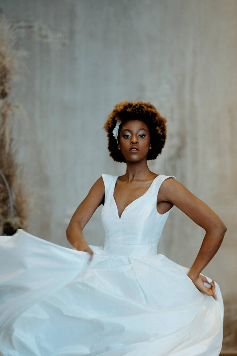 Smuk brudekjole med v-udskæring med stor voluminøst skørt i silketaft