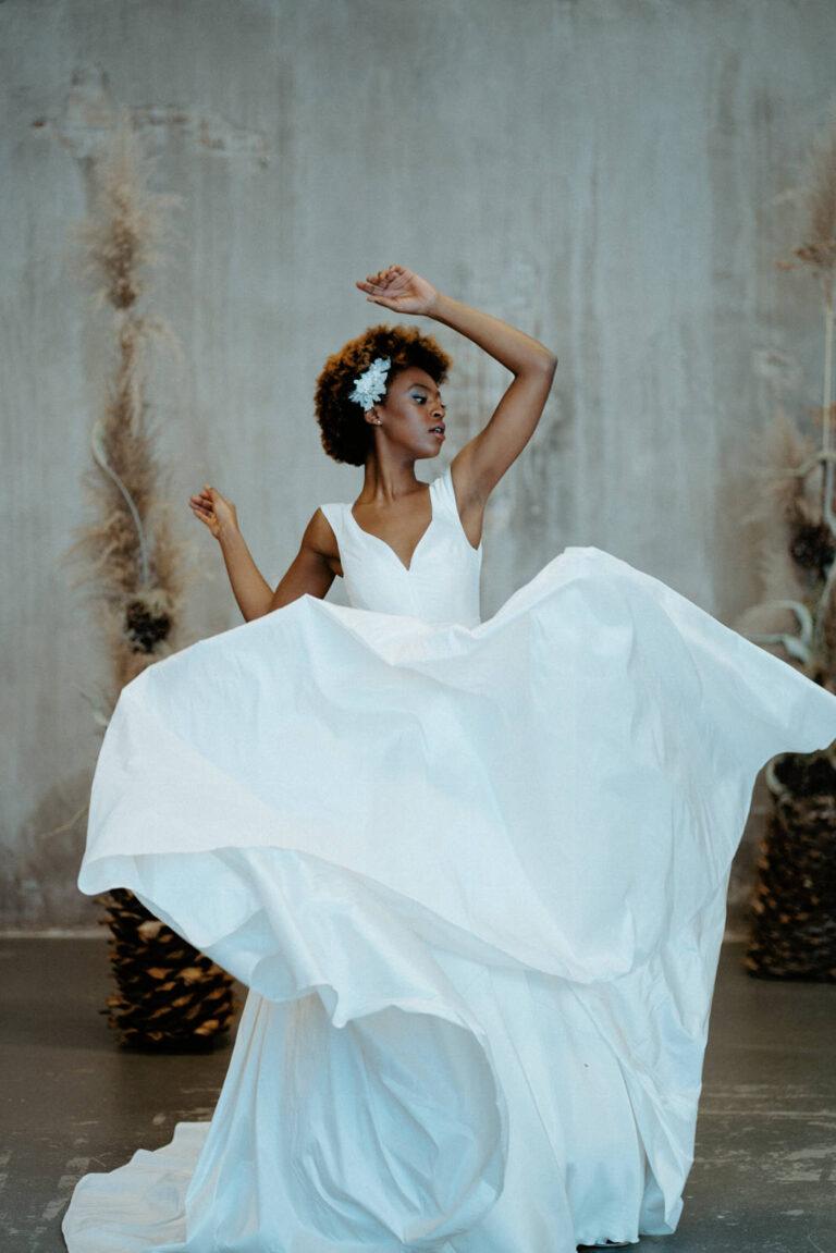 Unik brudekjole med v-udskæring og voluminøst skørt i silketaft
