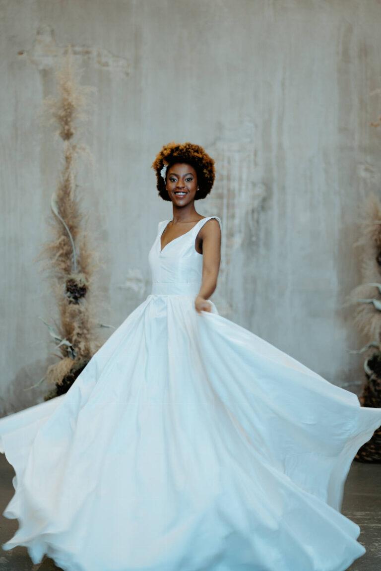 Smuk brudekjole med tætsiddende overdel med v-udskæring og smuk løst skørt i silketaft