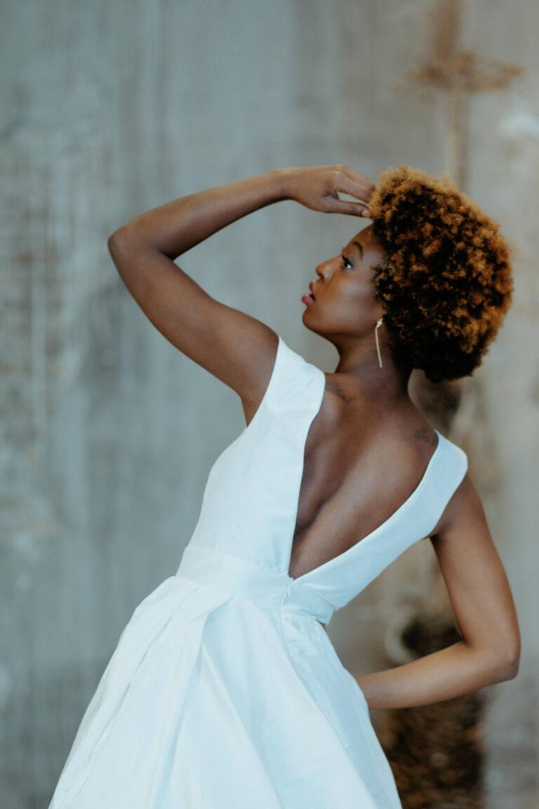 Feminin og smuk brudekjole med dyb v-udskæring i ryggen