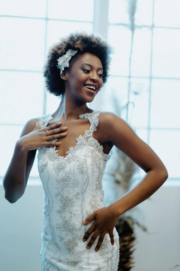 Brudekjole med delikat mønster af blomster i sølv med håndsyede perler og pailletter, v-udskæring og dyb ryg