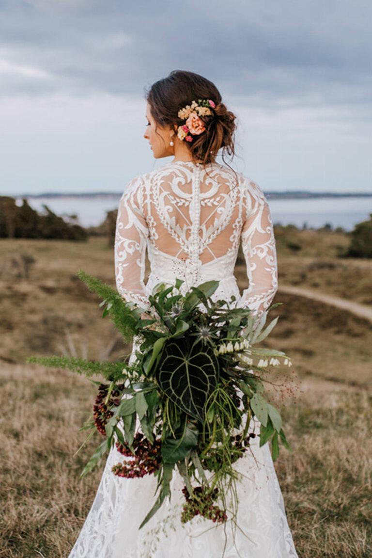 smuk brudekjole med markant blonde i tattooeffekt og lange ærmer