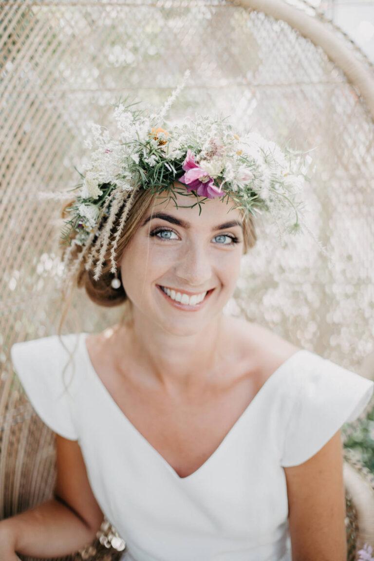 elegant brudekjole med smuk v-udskæring og lette ærmer, som ligger let hen over skuldrene
