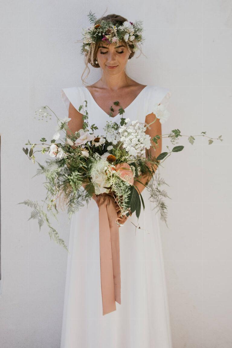 Brudekjole med smuk v-udskæring og sommerkjole med let udtryk