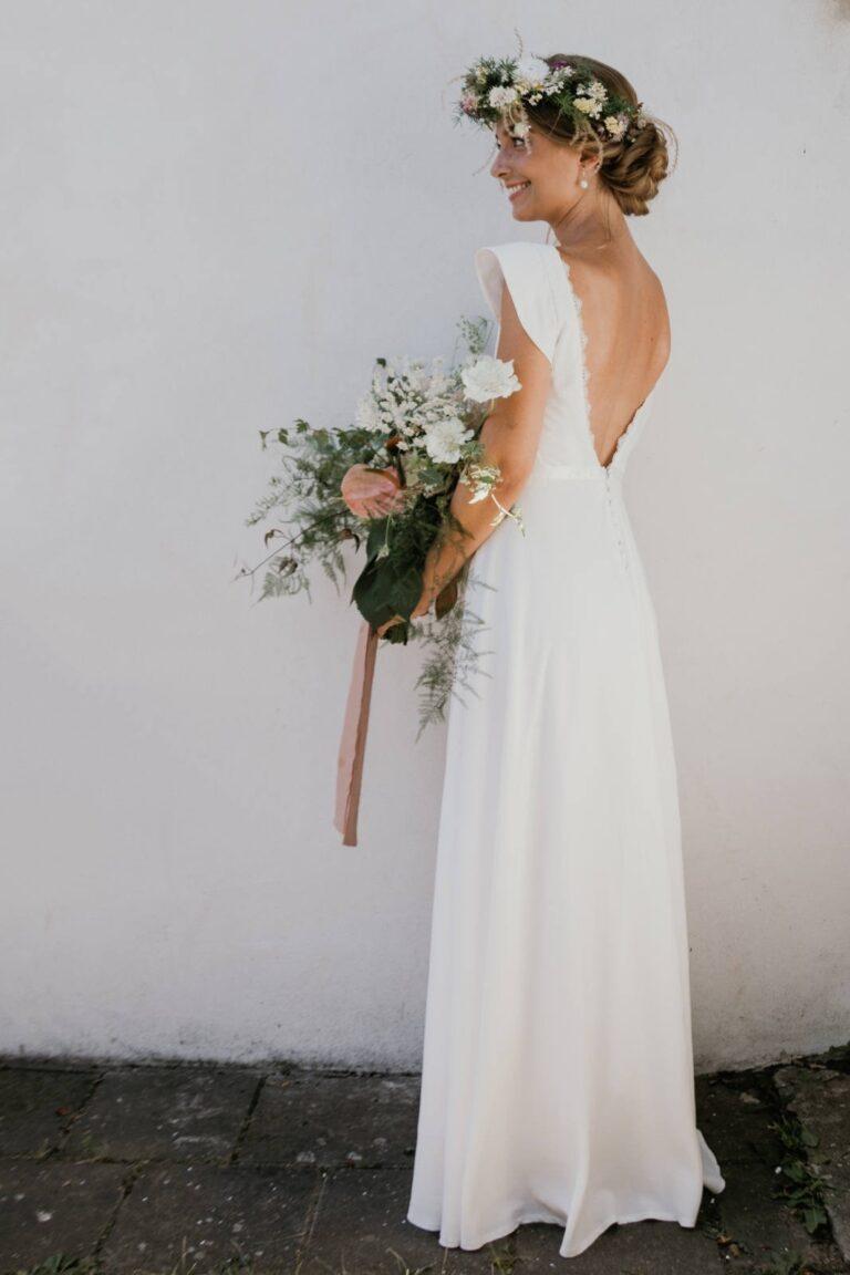 smuk brudekjole med smuk dyb udskæring i ryggen med den fineste blondekant