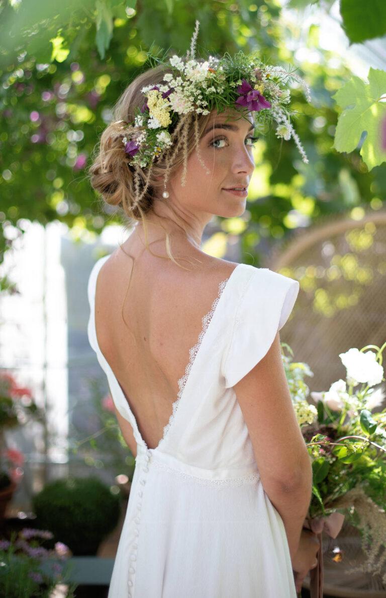 elegant brudekjole med silkebånd i taljen og dyb ryg med en smuk blondekant