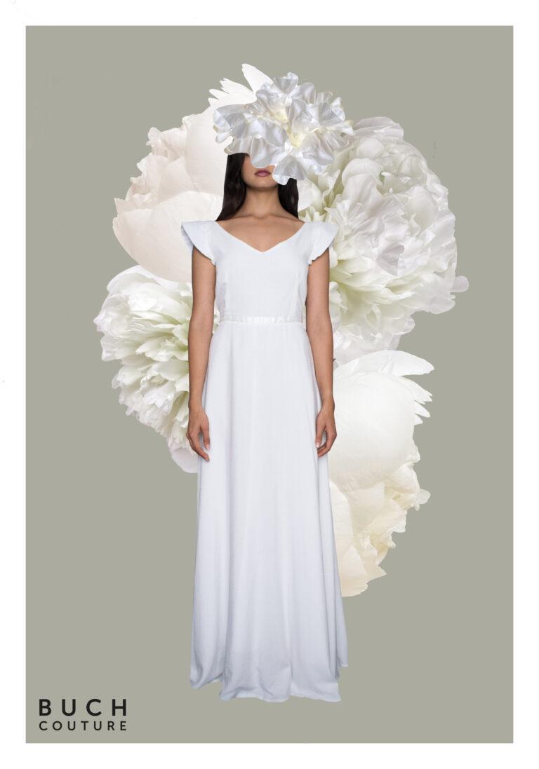 brudekjole med dyb udskæring i ryggen med en fin blondekant, silkebånd i taljen og lette korte ærmer