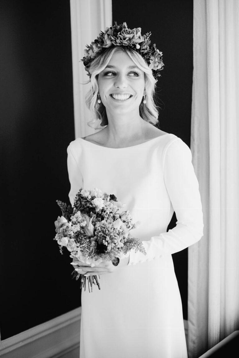 Minimalistisk og smuk brudekjole med lange ærmer og plads til personlig stil