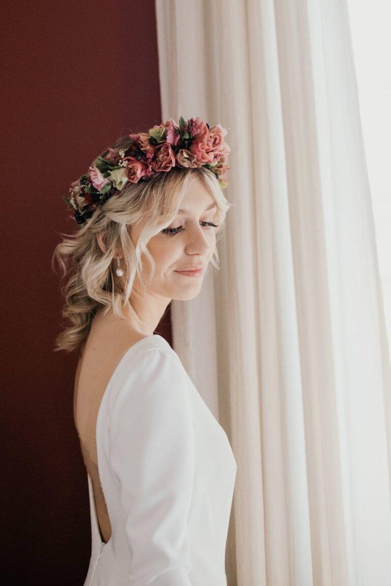 Skandinavisk inspireret brudekjole med dyb ryg, lange ærmer og blomsterkrone