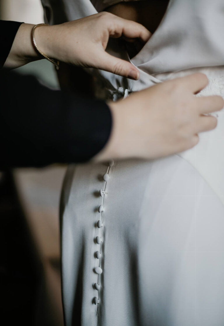 brudekjole i crepe de chine-silkestof med smukke betrukne knapper ned langs ryggen
