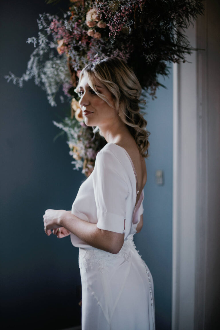 elegant brudekjole med løstsiddende overdel med dyb ryg og blødt og lækkert udtryk samt tætsiddende skørt