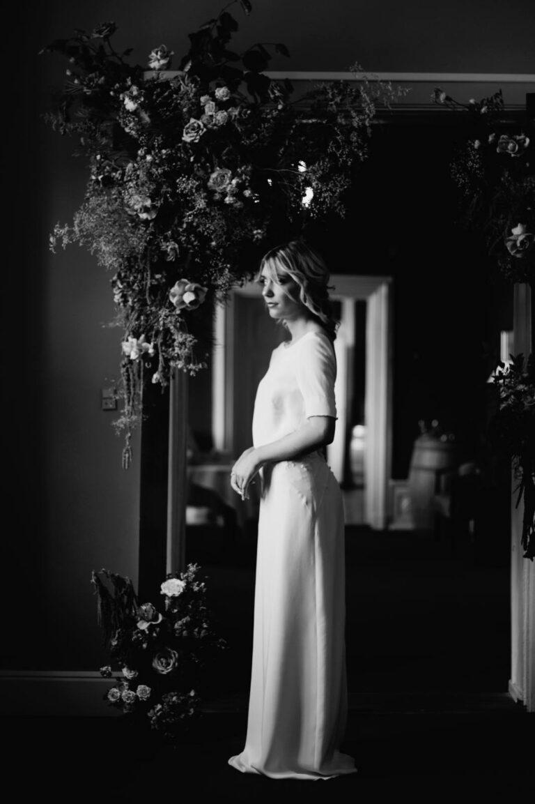 elegant og flot brudekjole med feminin form med indsnit ved taljen og blonde