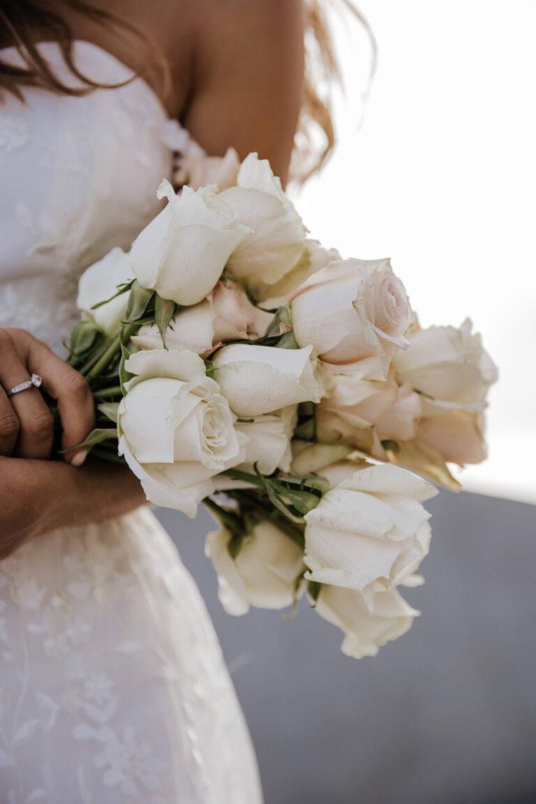 smuk brudekjole med corsage i den fineste blonde og blomsterbuket