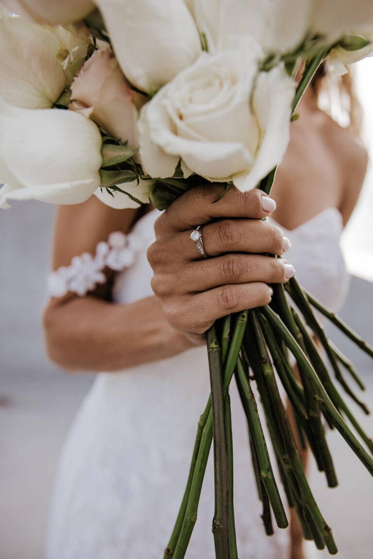 smuk brudekjole med corsage og blomsterbuket