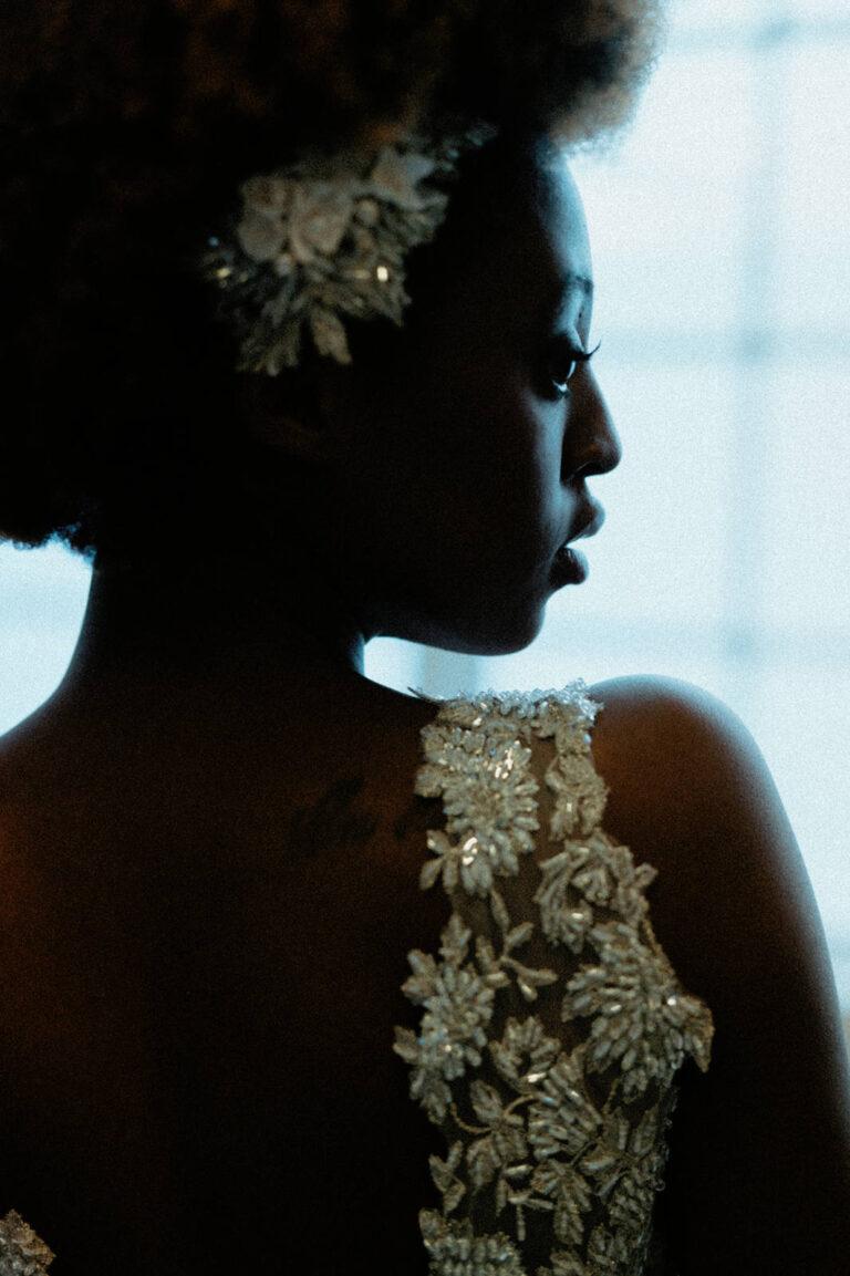 Brudekjole med smukke håndsyede perler og pailetter