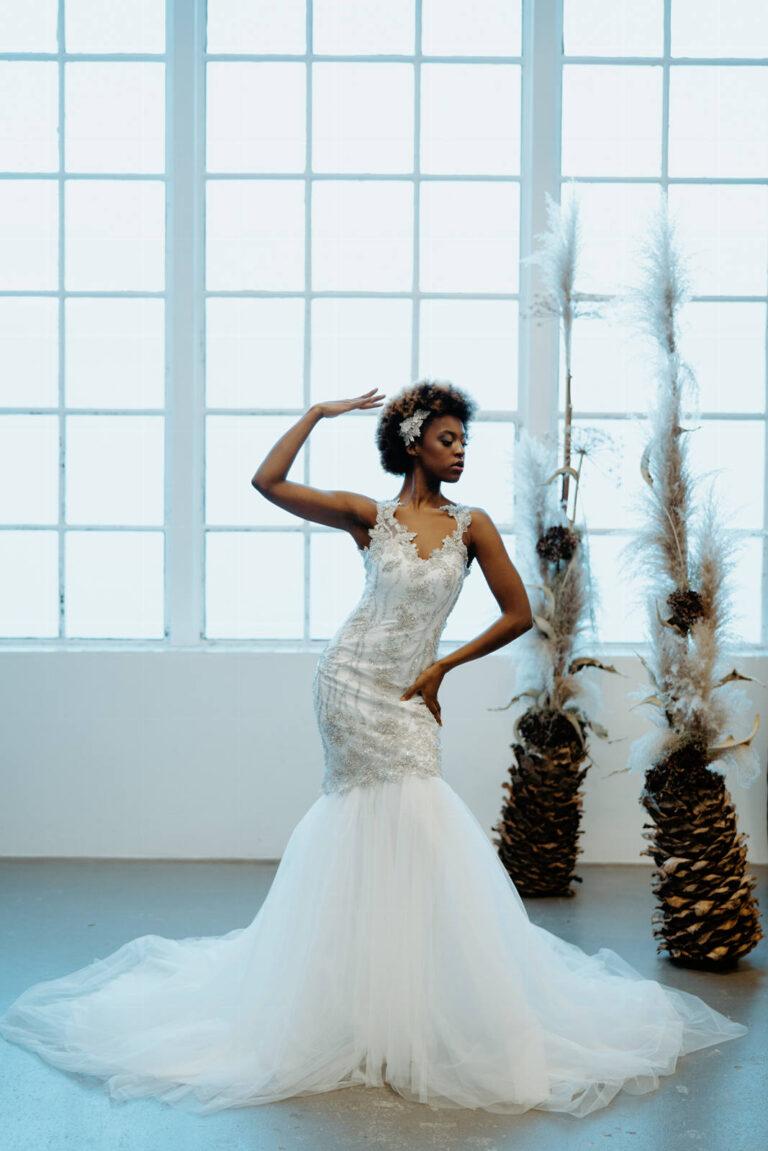 Smuk brudekjole i havfruesilhuet og stort skørt i masser af tyl