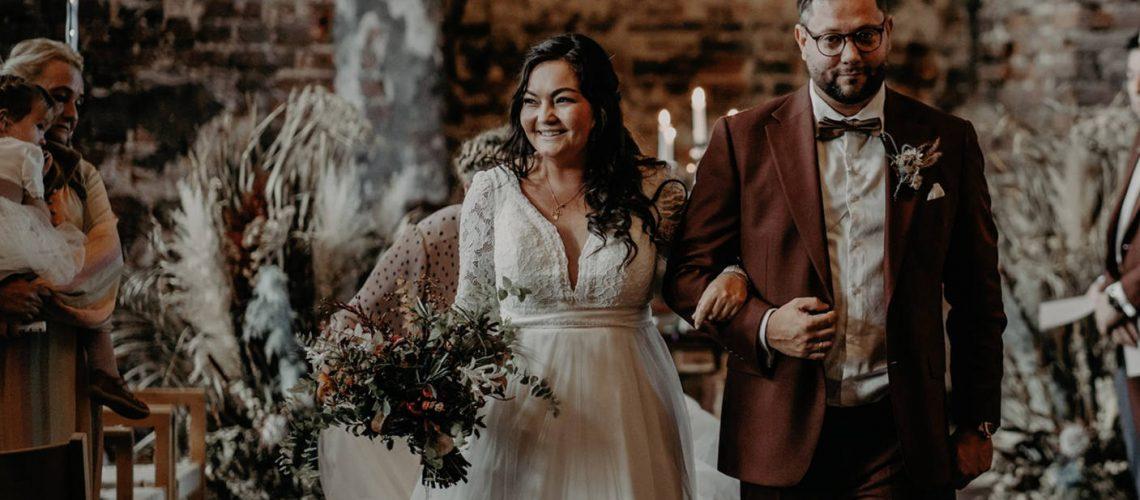 olisepigens bryllup i smuk brudekjole med overdel i blonde med dyb v-udskæring og smukt skørt i tyl