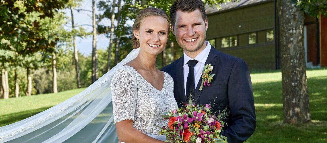 brud i smuk brudekjole med langt slør og fin blonde
