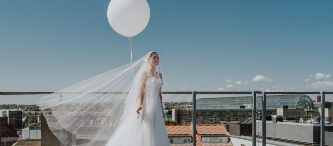 Skræddersyet corsage brudekjole i silke og med langt smukt slæb
