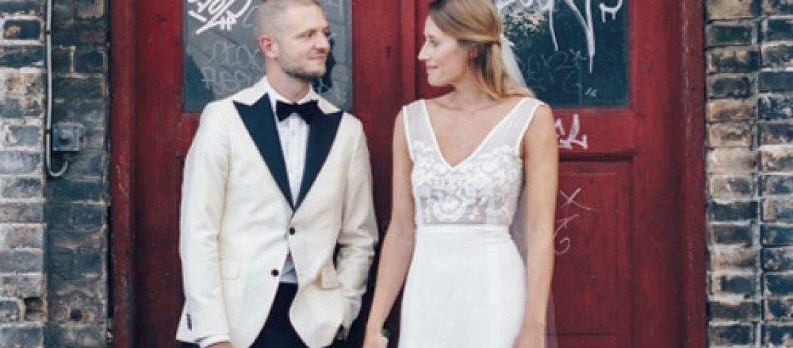 Enkel unik brudekjole med v udskæring og tætsiddende skørt
